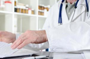 Arzt arbeitet an seinem Schreibtisch foto