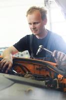 arbeitender Automechaniker foto