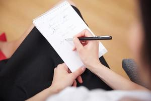 Geschäftsfrau mit einem Notizbuch foto