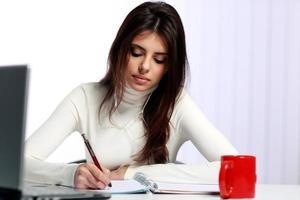 Studentin macht ihre Hausaufgaben foto