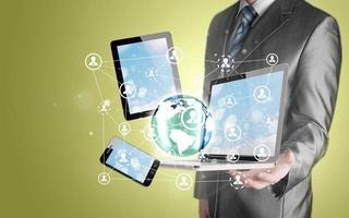 Geschäftsmann mit Tablet PC und Smartphone soziale Verbindung foto