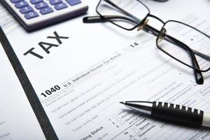 Steuererklärung auf dem Desktop ausfüllen foto