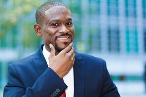 selbstbewusster schwarzer Geschäftsmann im Freien foto