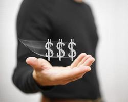 Mann fängt virtuelles Dollarzeichen, Konzept des Einkommens, des Gehalts, des Verdienens foto