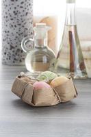 Seifenbällchen mit Kaffeekerze und Zimtmassageöl foto