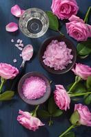Kräutersalz mit Rosenblüten für Spa und Aromatherapie foto