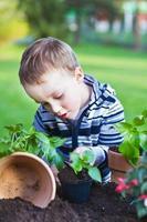 Gartenarbeit für Kleinkinder foto