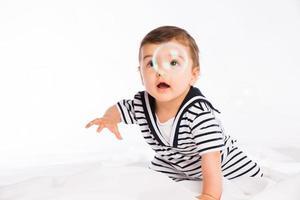 isolierter Studioporträt weißer Hintergrund reizendes Kleinkindbaby, das spielt foto
