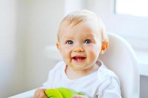 schönes Baby, das im Stuhl sitzt foto