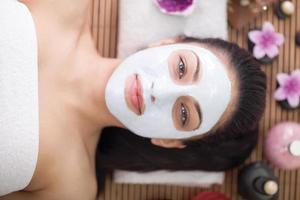 Frau mit Gesichtsmaske im Schönheitssalon