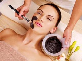 Frau, die Schönheitsbehandlungen im Spa-Salon hat foto