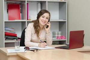 Mitarbeiter telefonierte im Büro foto
