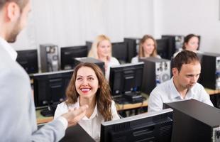 Manager und lächelnder Mitarbeiter foto