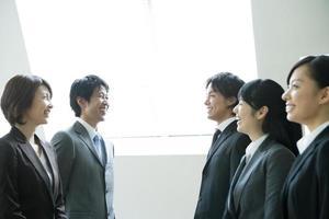 lächelnder Chef und neuer Mitarbeiter foto
