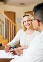 Paar, das Fragebogen für Mitarbeiter ausfüllt foto