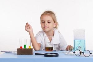 Der Chemiker wählt das Reagenz in einem Reagenzglas aus foto