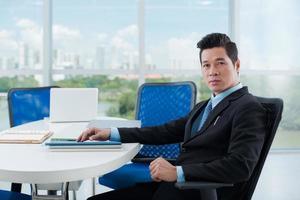 Geschäftsmann am Tisch foto