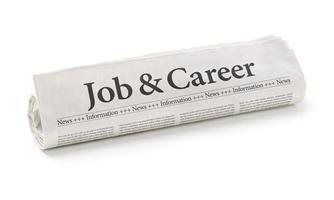 gerollte Zeitung mit der Überschrift Job und Karriere