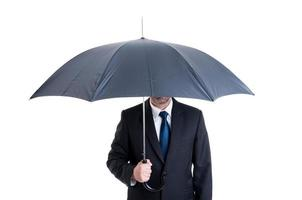 Geschäftsmann mit offenem Regenschirm foto