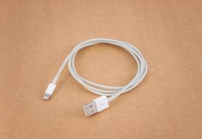 Kabel Drahtladegerät auf braunem Papier foto