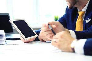 zwei selbstbewusste Geschäftsleute, die sich im Büro vernetzen foto