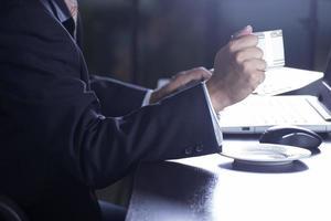 Geschäftsmann, der Tasse Kaffee hält foto