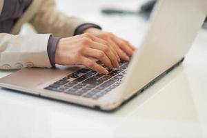 Geschäftsfrau, die am Laptop arbeitet. Nahansicht foto