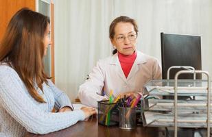 krankes Mädchen beschwert sich beim Arzt foto