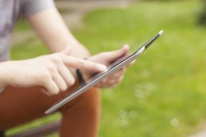 Mann mit Tablet liest Nachrichten und kommuniziert in sozialen Netzwerken foto