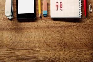 Büromaterial und Telefon auf dem Tisch am oberen Rand foto
