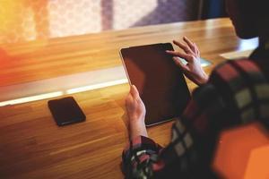 Frau hält Touchpad mit Kopierraumbildschirm foto