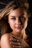 Nahaufnahme der blonden hübschen Frau foto