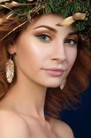 Porträt der schönen rothaarigen Frau mit Feuerkranz foto