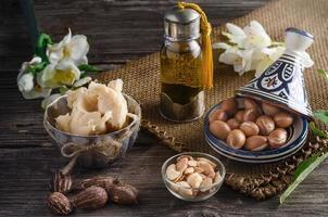 Arganöl und Früchte mit Sheabutter und Nüssen foto