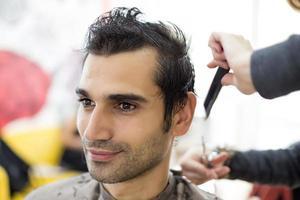 junger Mann beim Friseur foto