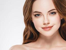 schöne Frau Gesicht Nahaufnahme Porträt glückliches Studio auf Weiß