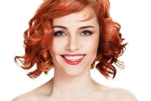 schönes lächelndes Frauenporträt auf weißem Hintergrund foto