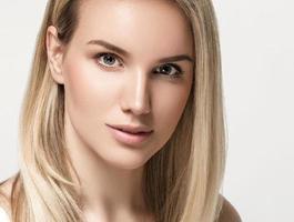 schöne Frau blonde Haare Porträt Nahaufnahme Studio auf Weiß