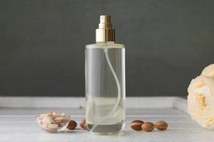 Flasche Arganöl mit Früchten foto