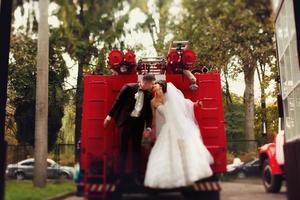 Hochzeitspaar auf Feuerwehrauto foto