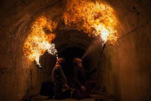 junger Mann bläst Feuer aus seinem Mund foto