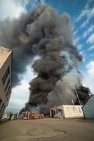 großes Feuer von Gebäuden und Autos