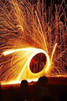 Feuertanz - Feuerstarter, der eine erstaunliche Feuershow durchführt foto