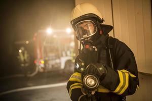 Feuerwehrleute im Einsatz gegen die Flammen foto