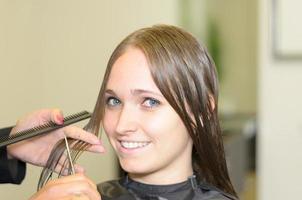 attraktives Mädchen in einem Salon, der in die Kamera lächelt