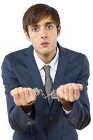 Geschäftsmann in Handschellen wegen illegaler Wirtschaftskriminalität