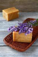 zwei Stück Seife und Lavendel foto