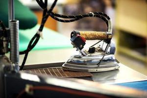 professionelles Bügeleisen in einer Schneiderei foto