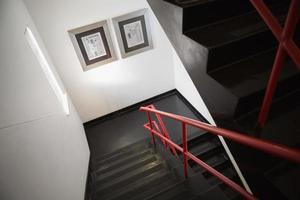 leere graue Treppe foto