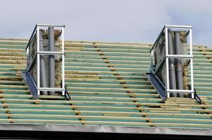 Hausdach und zwei Schornsteinreparaturarbeitsplätze foto
